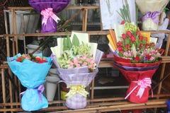百合和玫瑰在花店 免版税库存图片