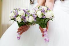 百合和玫瑰美丽的新娘花束  库存照片