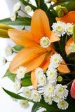 百合和玫瑰美丽的新娘花束  免版税图库摄影