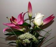 百合和白色玫瑰花束  免版税库存照片