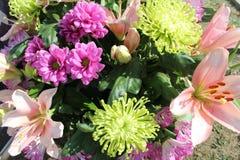 百合和菊花花束  图库摄影