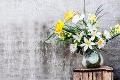 百合kall和水仙美丽的花束  免版税库存照片