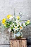 百合kall和水仙美丽的花束  免版税库存图片