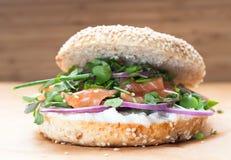 百吉卷三明治用creame乳酪,三文鱼,葱,蕃茄,绿色, ch 免版税库存照片