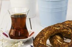百吉卷和土耳其茶在木背景 免版税库存照片