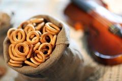 百吉卷多福饼袋子小提琴字符串表桌布布料麻袋布甜点 库存照片