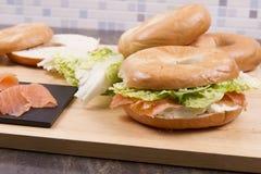 百吉卷干酪抽烟的奶油三文鱼 免版税库存照片