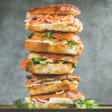 百吉卷特写镜头堆积与熏制鲑鱼,鸡蛋,菜,奶油乳酪 免版税库存照片