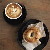百吉卷用咖啡 免版税图库摄影