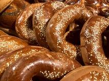 百吉卷用在桌上的芝麻 撒粉于产品,小圆面包 免版税库存图片