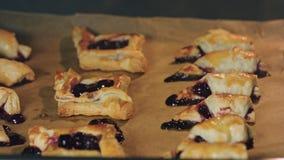 百吉卷用在烤箱烘烤的樱桃 免版税库存照片