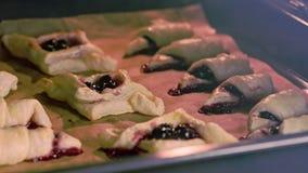 百吉卷用在烤箱烘烤的樱桃 库存图片