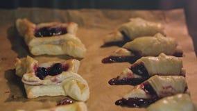 百吉卷用在烤箱烘烤的樱桃 图库摄影