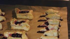 百吉卷用在烤箱烘烤的樱桃 免版税库存图片