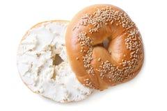 百吉卷用在白色背景隔绝的乳脂干酪 库存照片