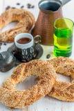 百吉卷用芝麻和土耳其咖啡 库存图片