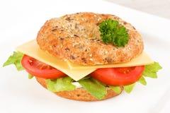 百吉卷用荷兰扁圆形干酪和沙拉 图库摄影