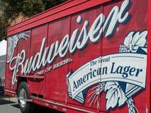 百威,啤酒在街道上停放的惊吓卡车的国王 免版税图库摄影