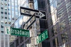 百老汇在时间正方形附近的路牌在纽约 图库摄影
