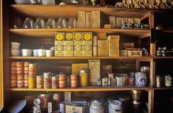 百货商店内部与物品的在架子在弗吉尼亚城附近的鬼城, MT 免版税库存图片