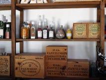 百货商店条板箱和瓶 免版税库存图片