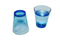 水的一两块玻璃是空第二是充分的 免版税库存照片