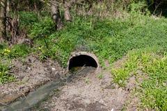 的一个管子肮脏的水流量,污水 ecol的污染 免版税库存图片