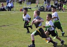 5的一场旗标橄榄球比赛对六岁小孩 库存照片
