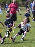 5的一场旗标橄榄球比赛对六岁小孩 库存图片
