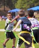 5的一场旗标橄榄球比赛对六岁小孩 免版税库存照片
