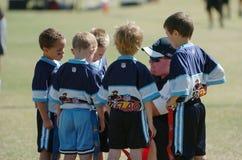 5的一场旗标橄榄球比赛对六岁小孩 图库摄影