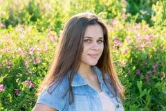 15年的严肃的女孩画象在外面夏天 免版税库存照片