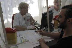 184的义务献血在布加勒斯特Colectiv夜总会火受伤了 免版税库存照片