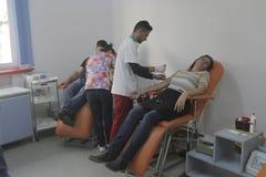 184的义务献血在布加勒斯特Colectiv夜总会火受伤了 库存照片