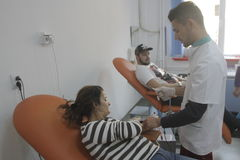 184的义务献血在布加勒斯特Colectiv夜总会火受伤了 库存图片