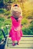 的亚裔女孩放松户外在天时间, trave的后面观点 库存图片
