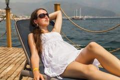 的亭亭玉立的少妇白色sundress 免版税库存照片