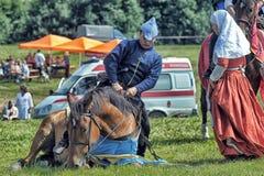 的人在马背上中世纪历史衣裳 图库摄影