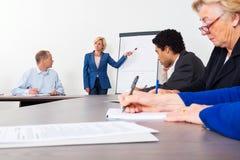 给介绍的企业家在会议室 图库摄影