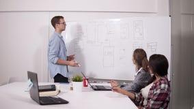 的伙伴,分析财政报告,发现有效的企业解答在合作会议期间 影视素材