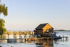 水的传统木屋 库存照片