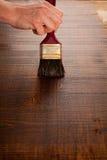 的保护和油wa木头的维护的绘的木桌 库存照片