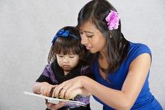 读的儿童母亲 免版税库存图片