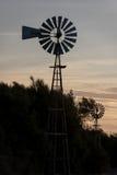 水的农厂老风车 免版税图库摄影