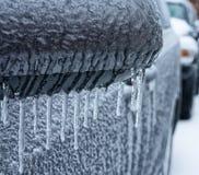 冻结的冰柱线从车边镜子的。 免版税库存照片