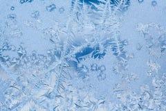 冻结的冰窗口纹理、雪花和冰冷的背景,特写镜头,软的焦点 免版税库存照片