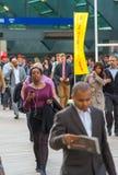 去的办公室工作者工作 黄雀色伦敦码头 免版税图库摄影