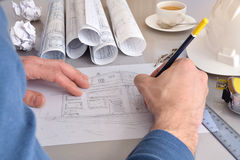 画他的办公桌特写镜头的建筑工程师一个房子 库存照片