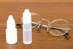 的医学眼药水仿制泪珠并且消毒眼药水 免版税图库摄影