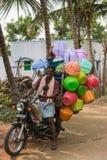 他的卖塑料瓶子的摩托车的可移动的供营商 库存图片